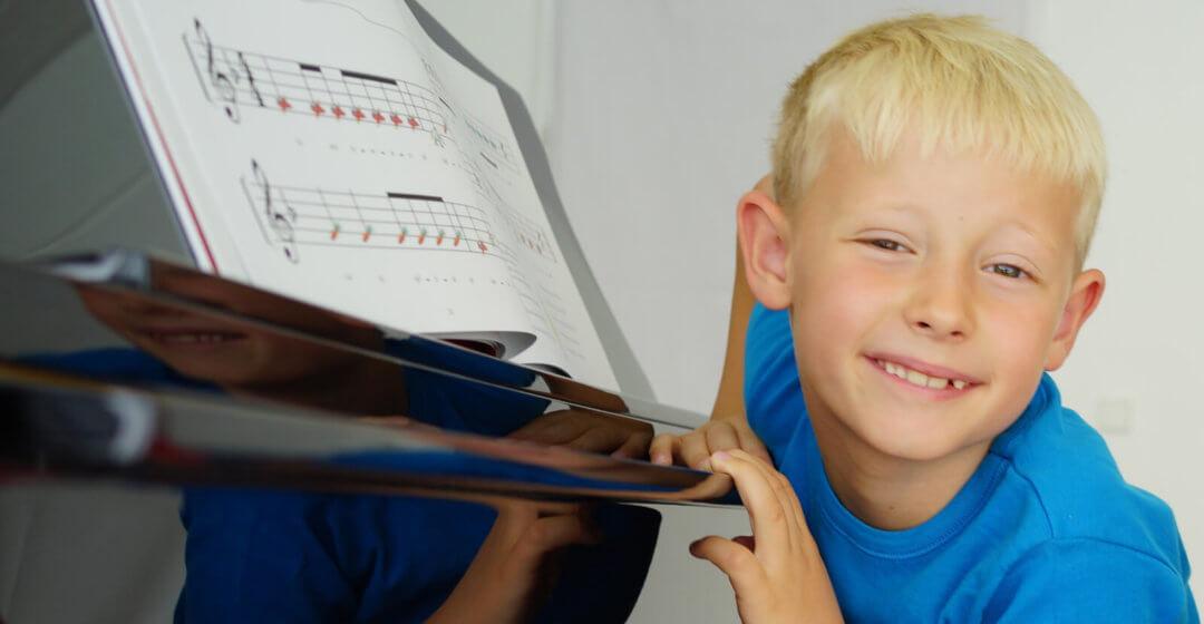Asger spielt allein Klavier
