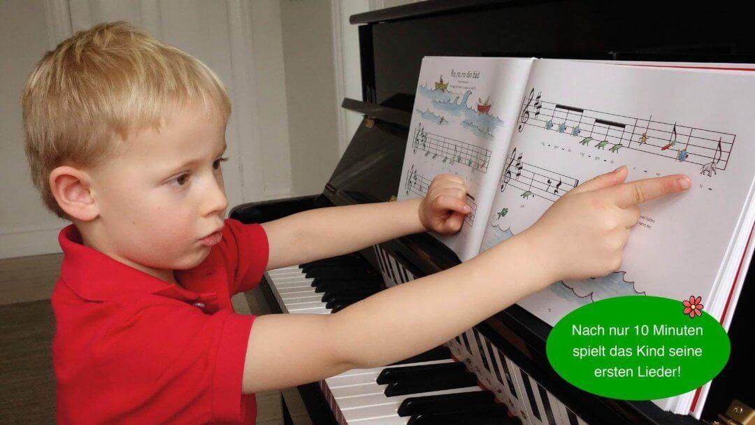 Benjamin beim Klavier lernen